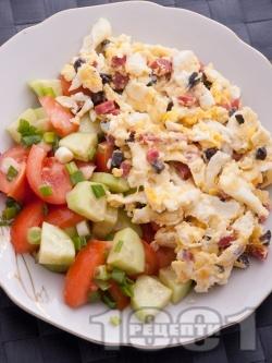 Бъркани яйца с шунка, кашкавал и маслини - снимка на рецептата